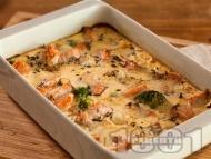 Приготвяне на рецепта Печена риба сьомга на фурна със замразени зеленчуци, яйца и сметана на фурна
